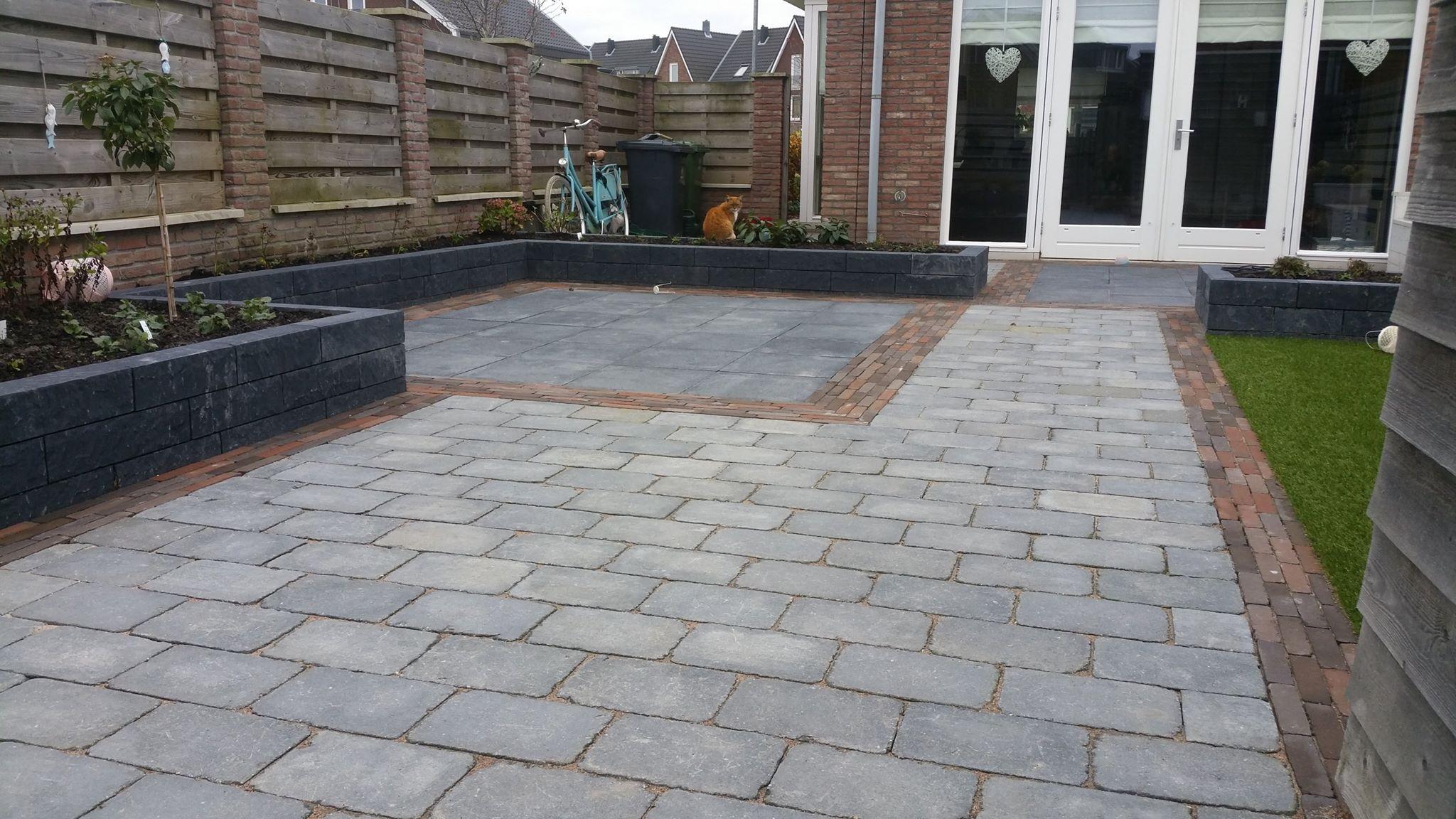 Nieuwe tuin te Obdam met hergebruikte stenen
