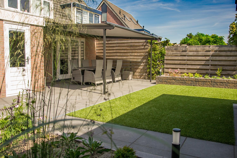 Moderne achtertuin met veranda