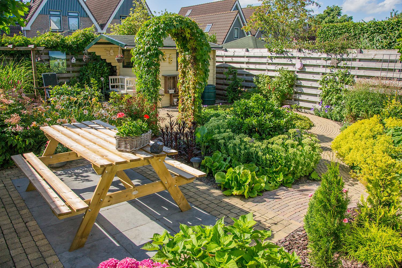 Tuin met ronde patronen en veel groen te Obdam